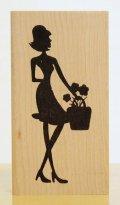 花かごと女性のシルエット
