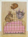 ベッドの上でジャンプのウサギちゃん