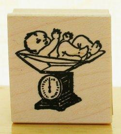 画像1: スケールの上の赤ちゃん