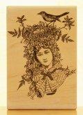 女性の頭で巣作りの鳥