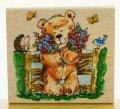 花束を抱える熊